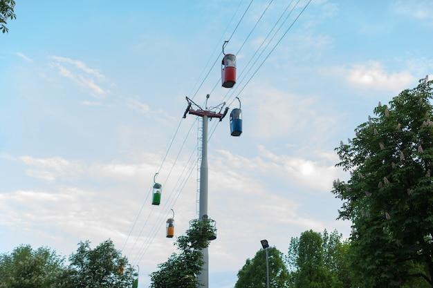 Cabine du téléphérique contre ciel bleu.