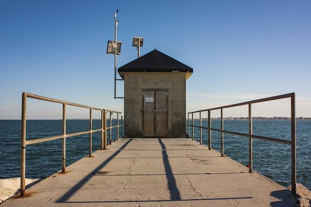 Une cabine de maintenance dans un barrage à la mer en italie.