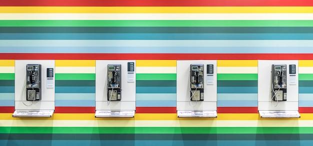Cabine téléphonique sur un mur coloré