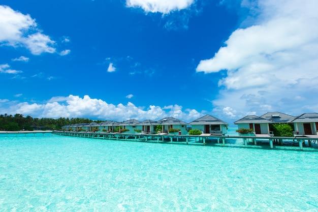 Cabines en bois au-dessus de la mer. hôtel sur la plage tropicale aux maldives