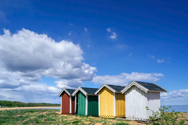 Cabines de plage colorées d'affilée à simrishamn, skane, suède