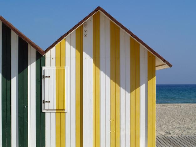 Cabines de plage colorées sur le rivage, concept de vacances d'été