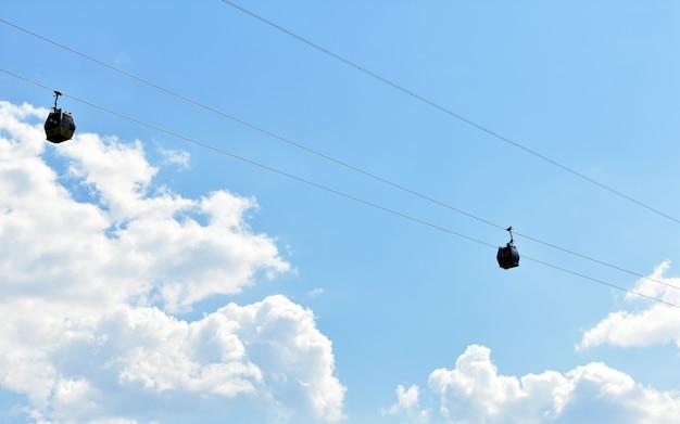 Cabines de téléphérique au milieu des nuages