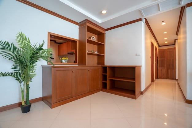 Cabinet en bois dans le salon