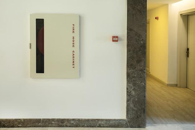 Cabinet de tuyau d'incendie dans le couloir de bâtiment public concept de sécurité incendie.