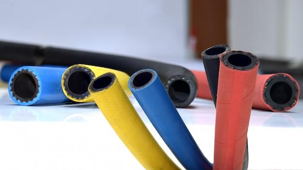 Câble en caoutchouc flexible sur fond blanc. produits en caoutchouc.