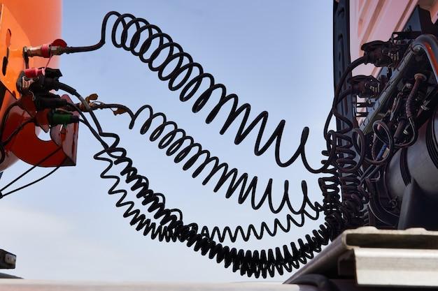 Câble de contact. câble en spirale reliant la cabine et la remorque du camion