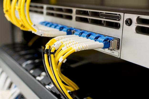 Câble à fibre optique sur le dispositif de commutation