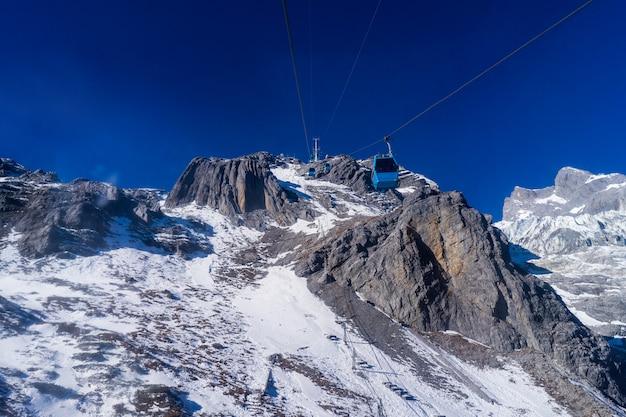 Câble jusqu'au sommet de la montagne de neige du dragon de jade à lijiang, en chine