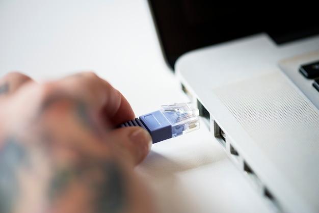 Câble lan connecté sur un ordinateur portable