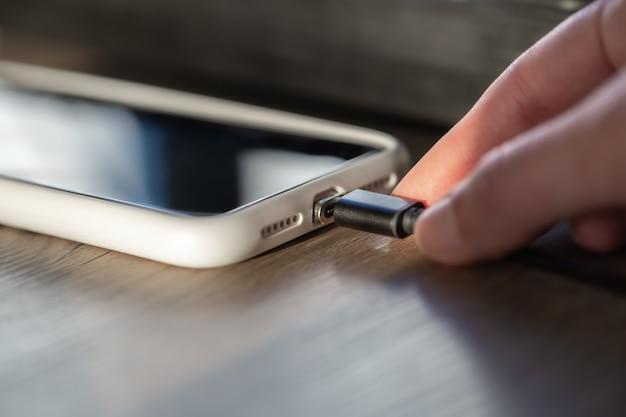 Câble magnétique pour charger le smartphone en gros plan