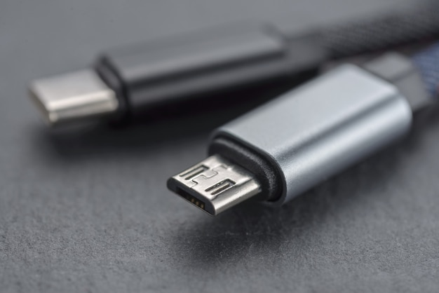 Câble micro usb avec câble sur un fond sombre..