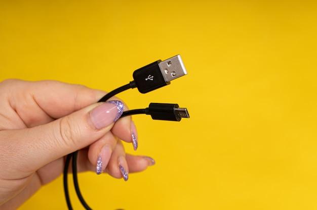 Câble micro usb en gros plan à la main