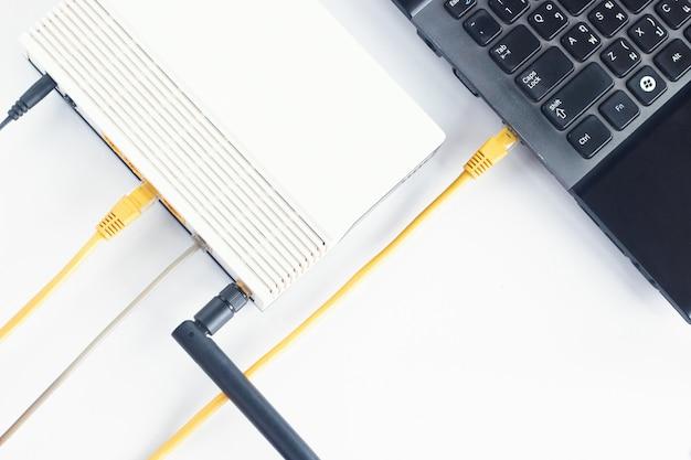 Câble modem et réseau local connectant l'ordinateur portable sur la table