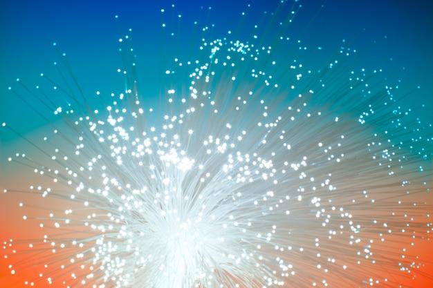 Câble de réseau de fibre optique sur bleu-orange, technologie floue