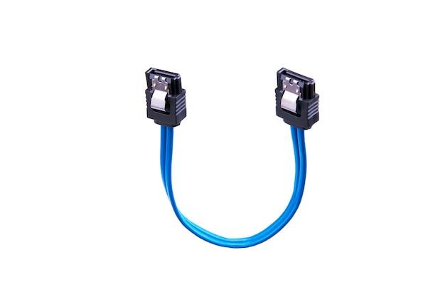 Câble sata série ata bleu sur blanc. copie espace. concept de matériel et de transfert de données