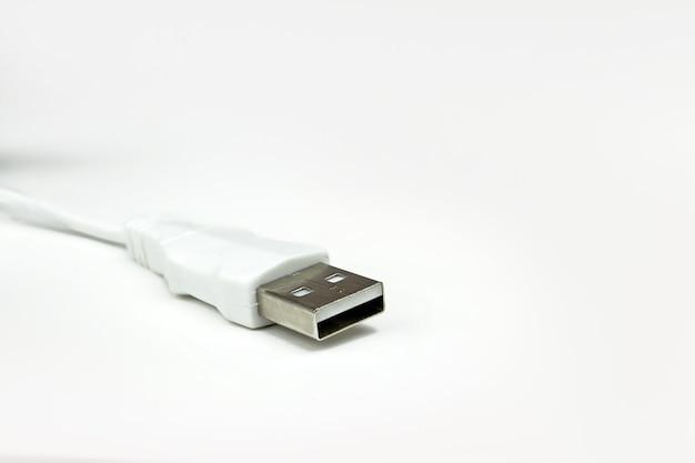 Le câble usb est blanc, sur fond blanc. un câble de chargeur usb de type c blanc.
