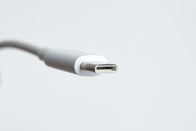 Câble usb de type c sur fond isolé blanc