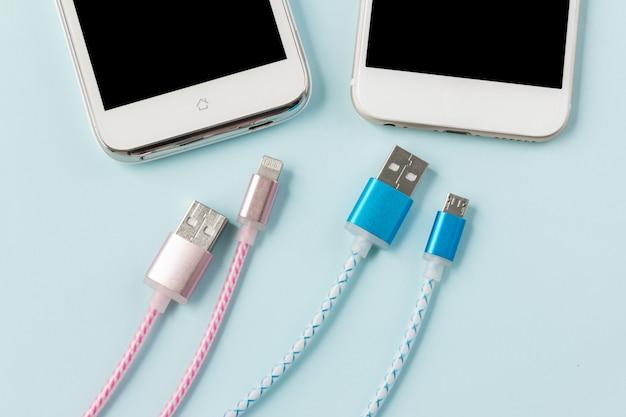 Câbles de chargement usb pour smartphone et tablette en vue de dessus