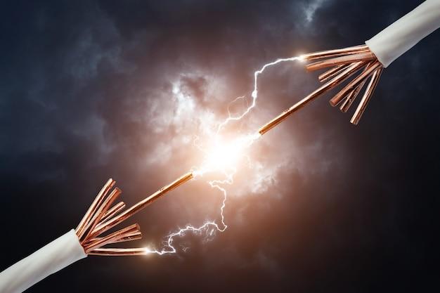 Câbles électriques avec la foudre rougeoyante d'électricité