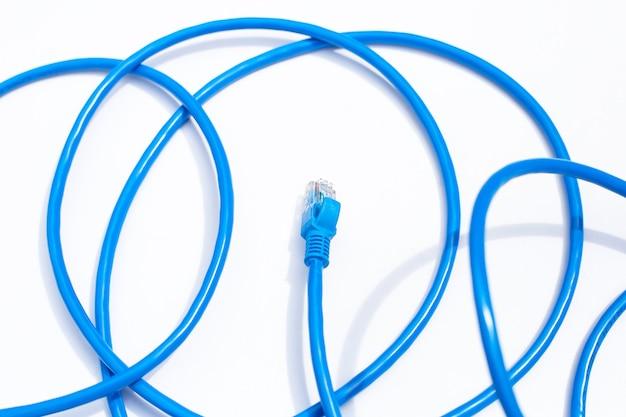 Câbles ethernet de connexion réseau lan bleu sur fond blanc.