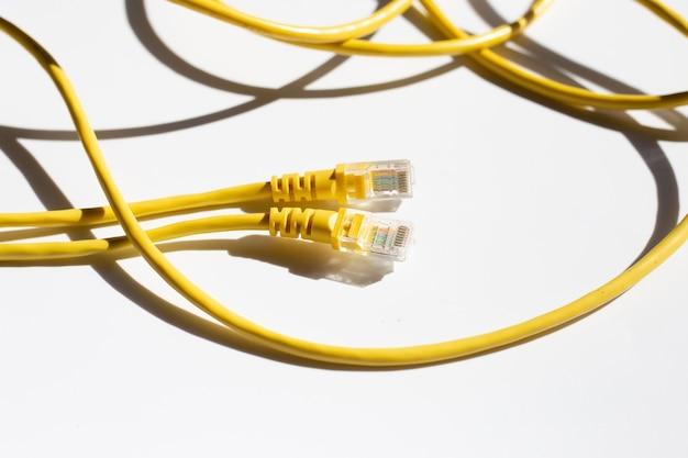 Câbles ethernet de connexion réseau lan jaunes sur blanc
