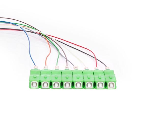 Câbles à fibre optique isolés sur fond blanc