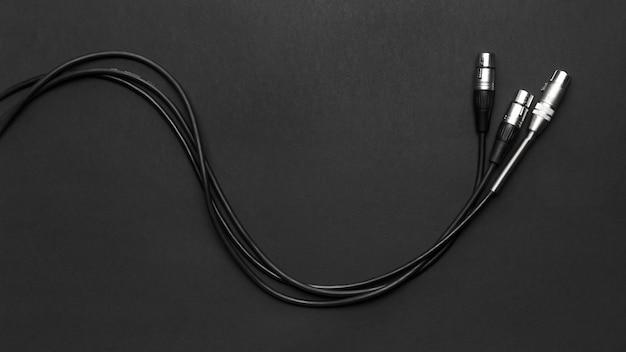 Câbles de microphones sur fond noir