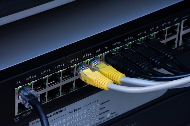 Câbles réseau et ethernet du commutateur réseau pour le centre de données.