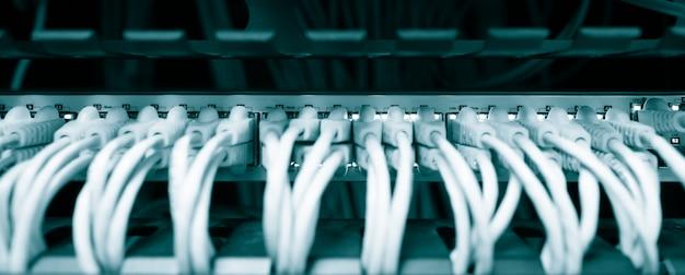 Les câbles réseau ethernet se connectent au rack de serveur de commutation dans le centre de données du centre universitaire