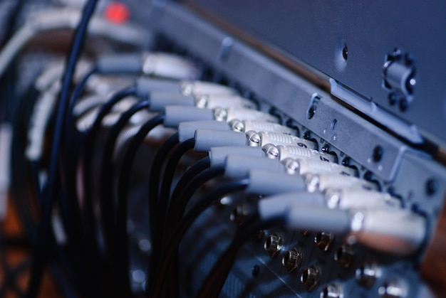 Câbles vidéo et audio sur telestudio dans les prises, bleu. mise au point sélective, faible profondeur de champ.