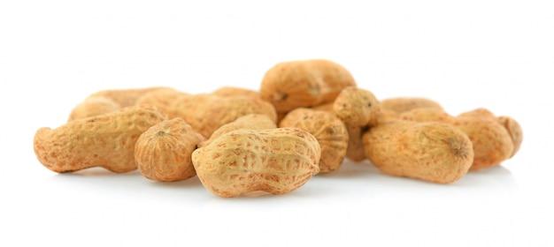 Cacahuète isolé sur fond blanc.