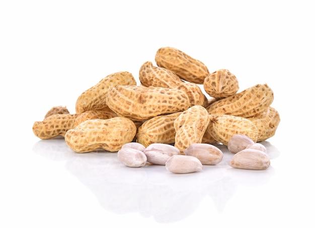 Cacahuètes bouillies sur fond blanc