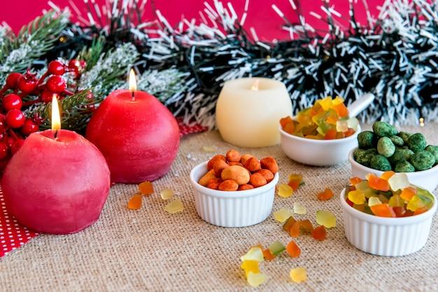 Cacahuètes colorées et fruits confits sur une table de noël