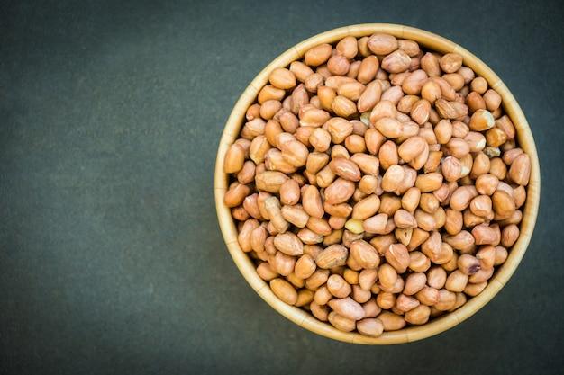 Cacahuètes dans un bol en bois