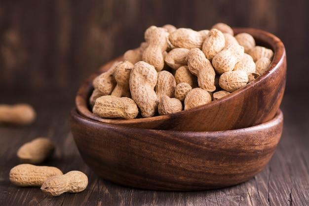 Cacahuètes dans des bols en bois
