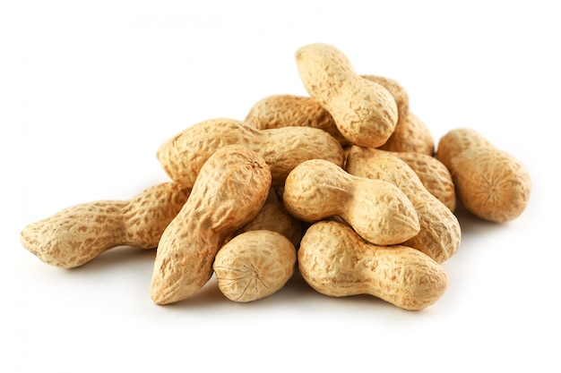 Cacahuètes. deux noix pelées isolés sur fond blanc. macro d'arachide.