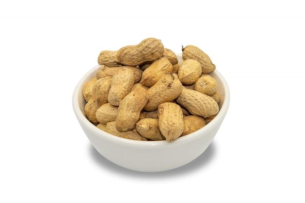 Cacahuètes grillées sur fond isolé blanc