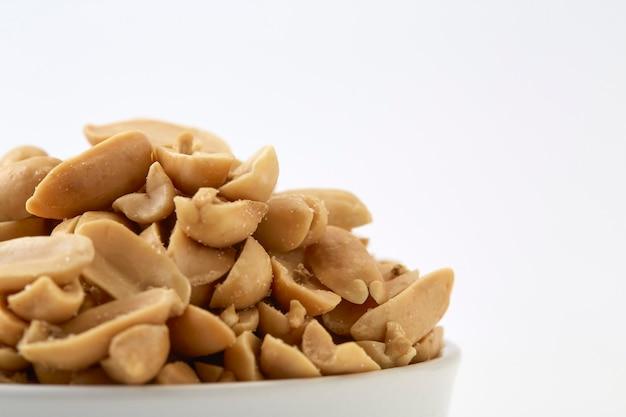 Cacahuètes grillées et sel dans un bol