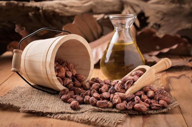 Cacahuètes à l'huile d'arachide sur fond en bois