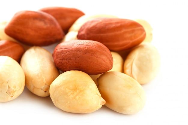 Cacahuètes isolés sur fond blanc. peeled peel et scarlup.