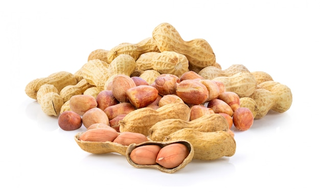 Cacahuètes. noix grillées isolés sur blanc