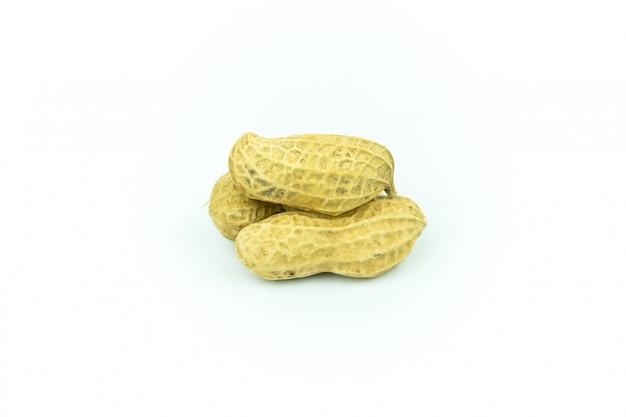 Cacahuètes séchées isolés sur blanc