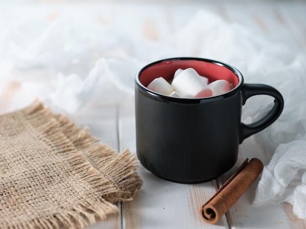 Cacao aux guimauves sur un tableau blanc