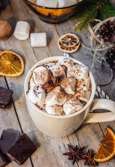 Cacao chaud aux guimauves. fond de noël mise au point sélective.