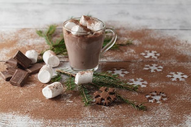 Cacao chaud avec guimauves et décoration de noël sur table en bois blanc