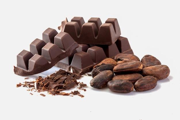 Cacao et chocolat sur fond blanc.