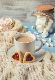 Cacao avec des guimauves et un coeur de biscuit. mise au point sélective.