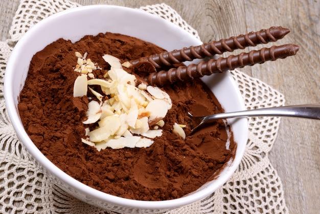 Cacao en poudre et amandes tranchées et bâtonnet de chocolat
