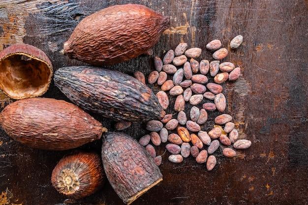 Cacao séché et graines de cacao sur un fond en bois
